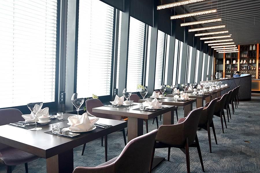 〈SHINPUYUAN新葡苑四十六〉的開放式用餐區,全都面臨大片玻璃窗設計,客人可以飽覽台北信義區的景色。(圖/姚舜)