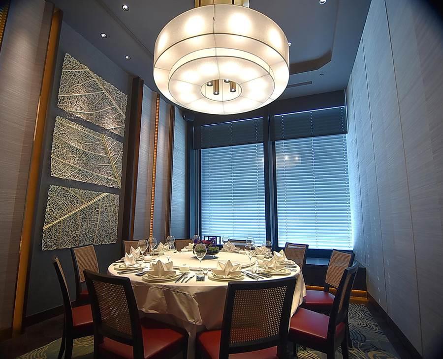 〈SHINPUYUAN新葡苑四十六〉餐廳包廂挑高很高,裝潢華麗氣派。(圖/姚舜)