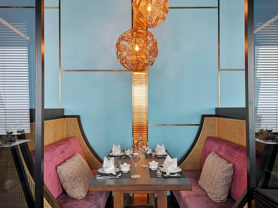 除了開放式用餐區與正式包廂,〈SHINPUYUAN新葡苑四十六〉餐廳並以軟隔間概念設計了卡座區,讓客人享有一定私密。(圖/姚舜)
