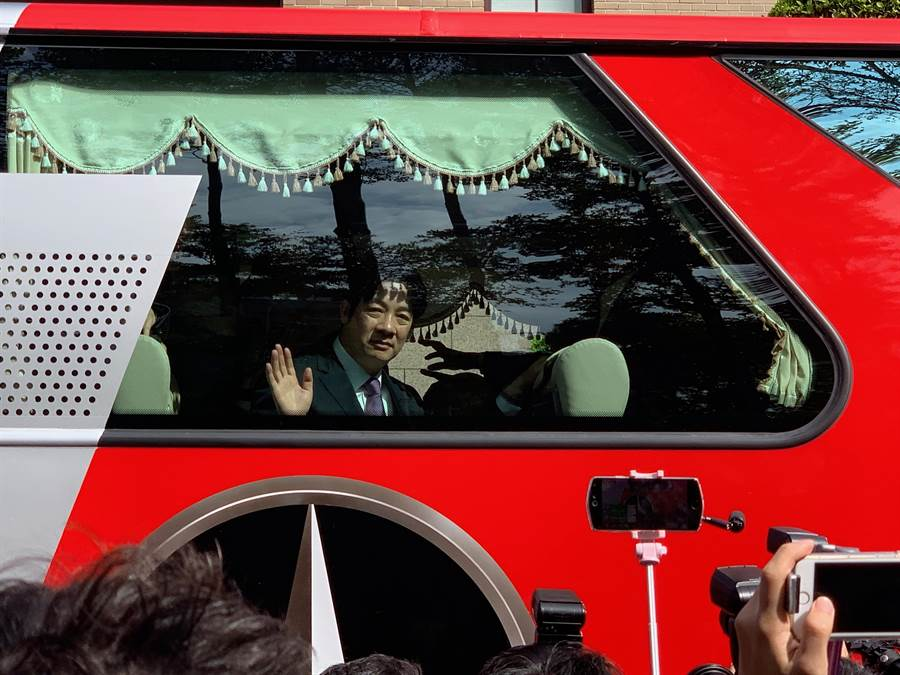 前行政院長賴清德搭乘台南鄉親包的遊覽車,離開行政院。(彭媁琳攝)