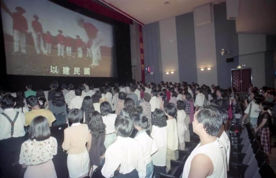 35歲↑才知道!看電影前要唱國歌…中場休息原因曝光(圖/翻攝自臉書《爆怨公社》)