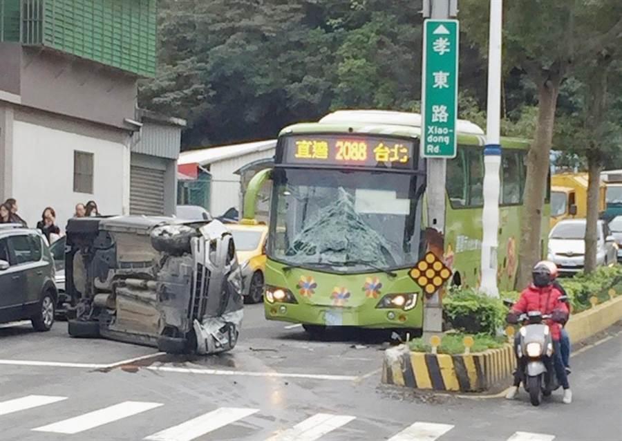 基隆市培德路、孝東路段14日發生車禍,一台銀色轎車逆向撞上安全島後,再撞公車。(臉書社團基隆大小事提供)