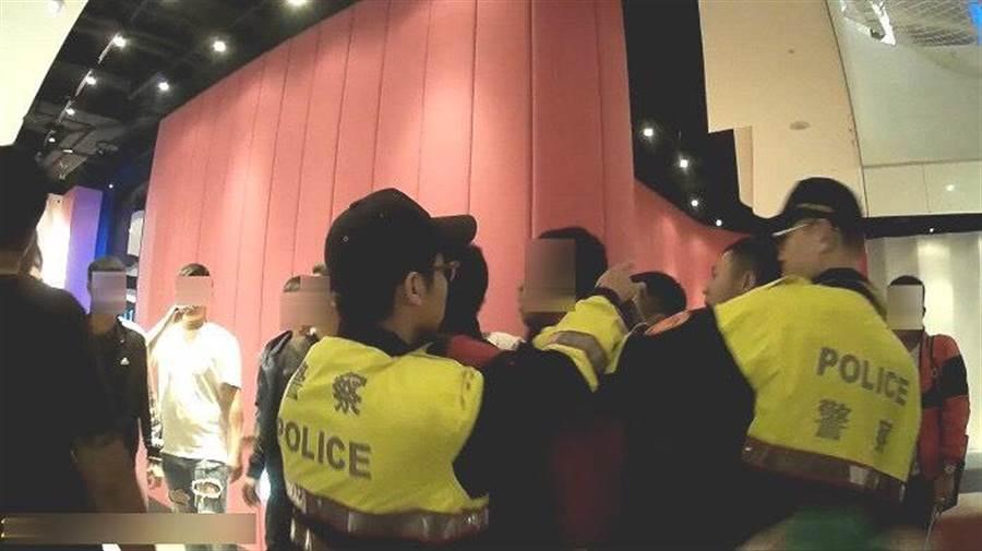 警方出動快打部隊20多名,到場壓制暴力場面,將鬧事份子隔開。(照片由警方提供)
