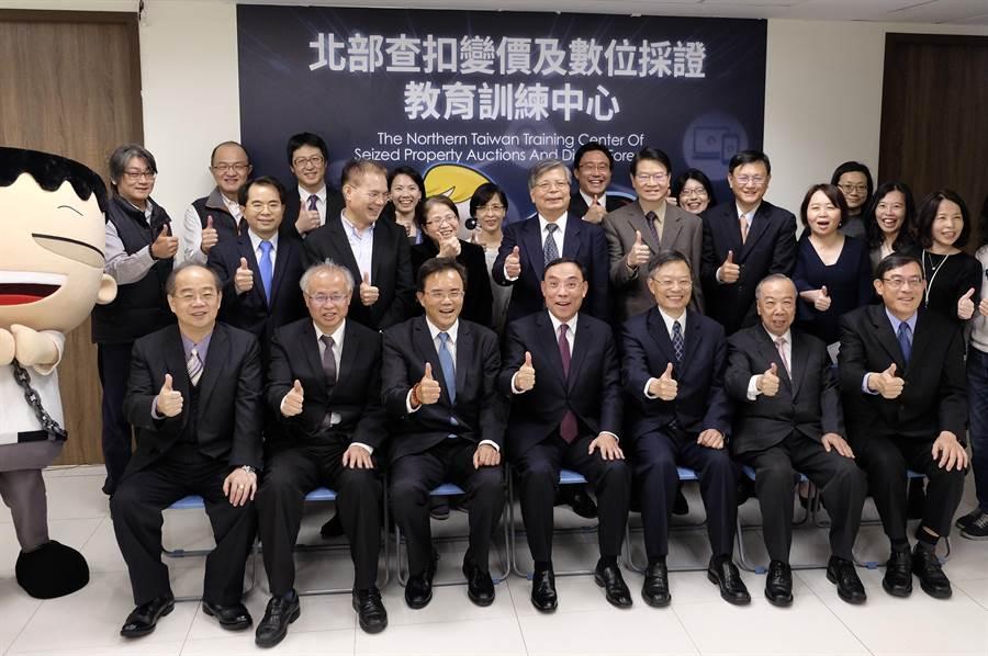 北檢14日成立變價及數位採證教育訓練中心,法務部長蔡清祥(前排中)等官員親臨揭牌典禮。(北檢提供)