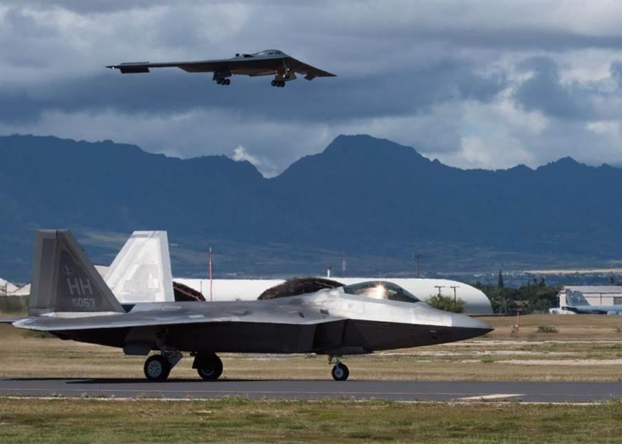 本月10日由美國密蘇里州懷特曼空軍基地起飛的B-2精靈隱形轟炸機,正準備降落在夏威夷珍珠港希克曼聯合基地。這3架B-2轟炸機將在此與與美國盟友進行聯合演訓。(圖/美國空軍)