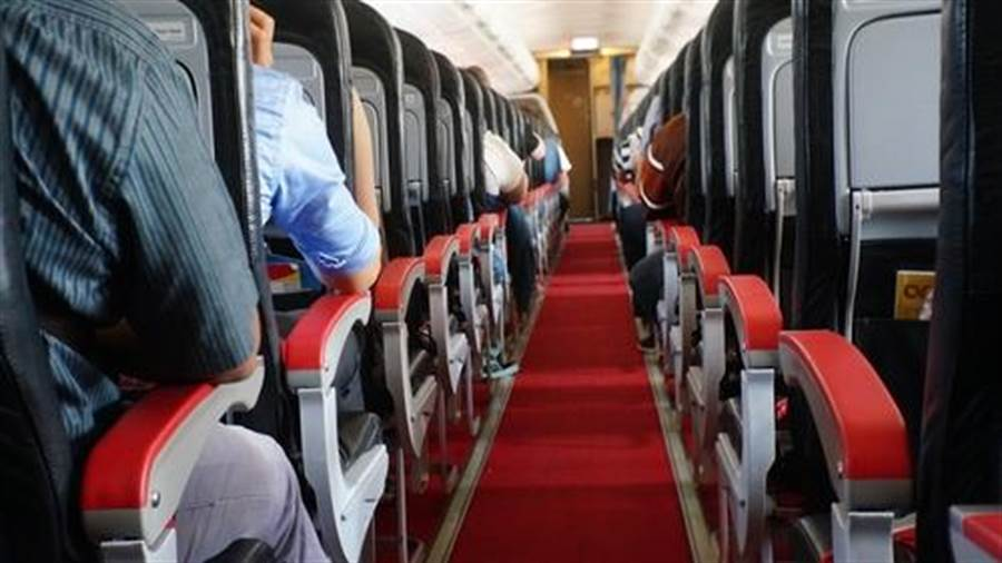 按正常程序買機票的Paula一家只能坐在地板上。(示意圖/達志影像)