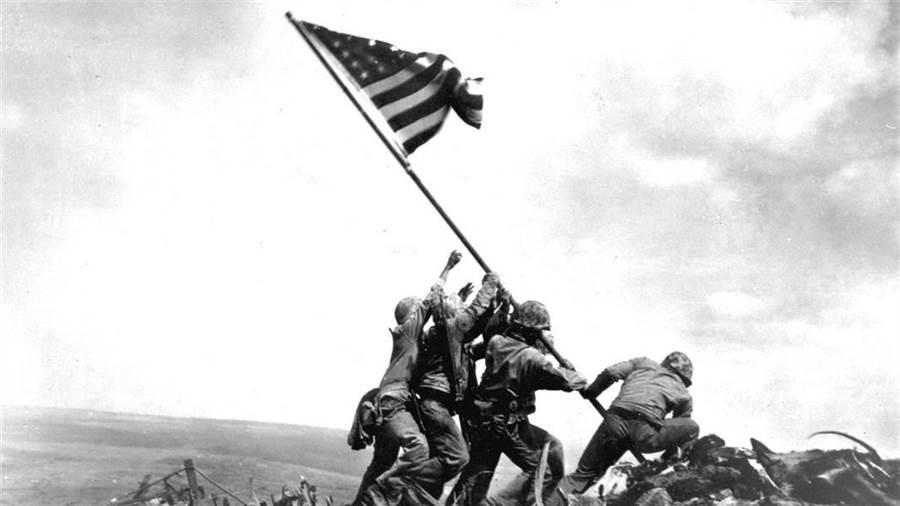 硫磺島戰役最印象深刻的一幕:陸戰隊員奮力樹起國旗。(圖/美國國會圖書館)