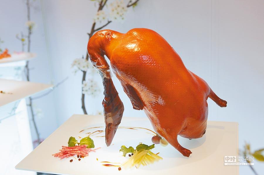 2010年5月9日,第5屆北京國際餐飲食品博覽會,大董餐飲中國意境菜展台--烤鴨。(CFP)