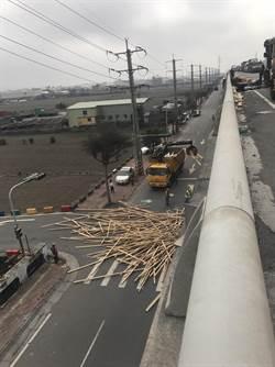 西濱快速道大車追撞2傷 木材散落平面道路
