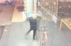 影》笨賊撞破玻璃偷走8支模型手機 店長嘆:修門好貴