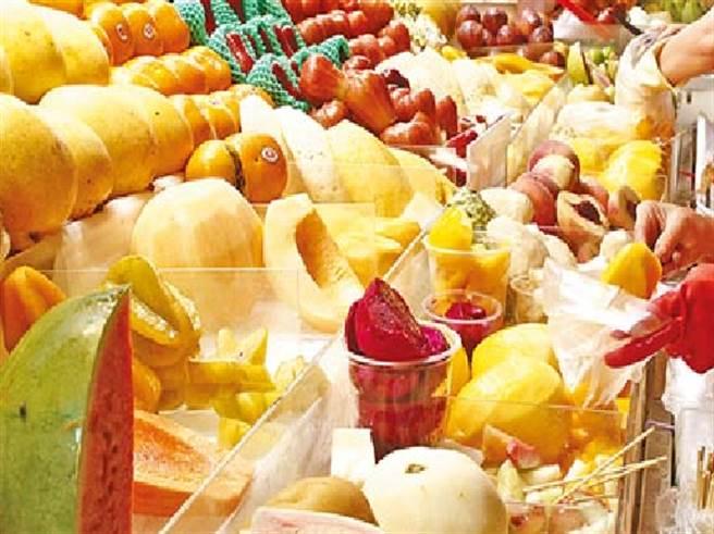 女網友說她帶外國朋友逛夜市,卻花了400元買一袋水果,而老闆的反射動作更是讓她傻眼。此為示意圖,非報導所述攤商。(資料照片 張鎧乙攝)