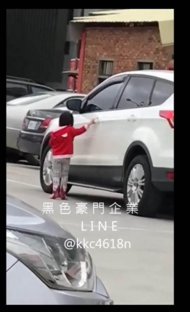 蘇姓男子讓女兒抓車門把跟車走,引來一片撻伐及警方、社政單位關切。(陳慶居翻攝)