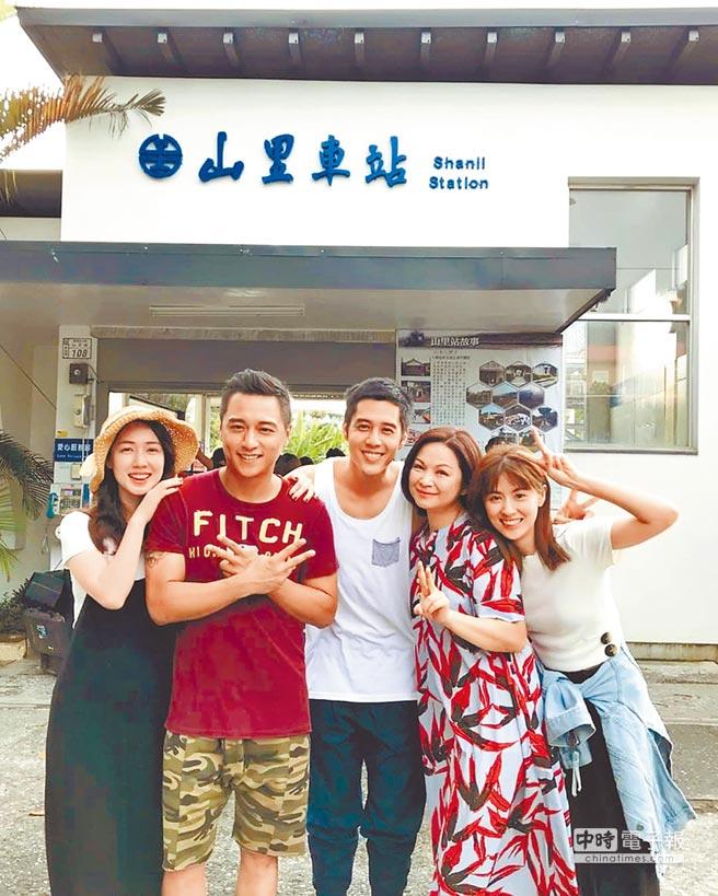 小薰(左)和鄭人碩拍攝《寒單》傳出緋聞。(資料照片)