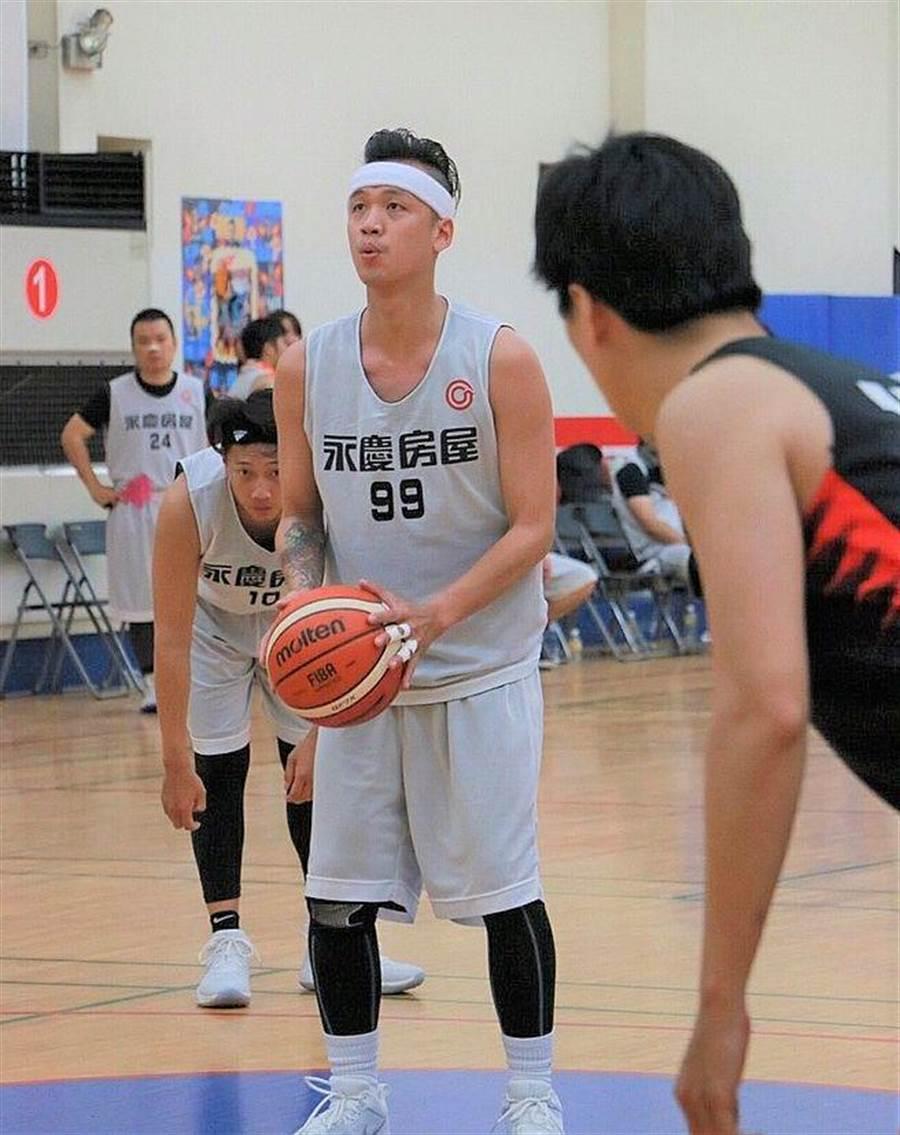 詹於醒積極參與永慶盃籃球賽,擔任「北投溫泉鯊」副隊長,每周至少練球2天,跟夥伴培養默契。(圖/永慶房屋 提供)