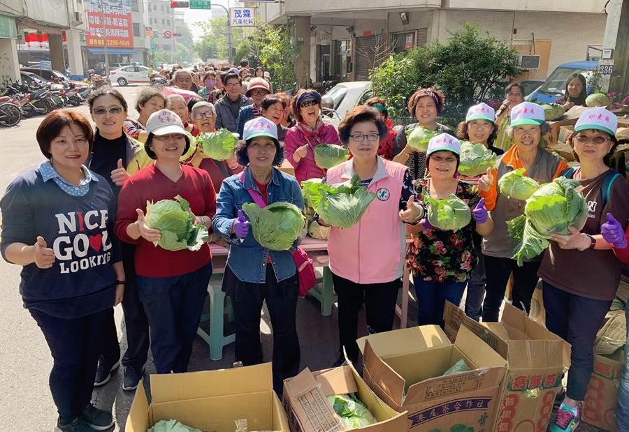市議員邱素貞(左四)認購2000顆高麗菜,15日舉辦憑發票兌換高麗菜活動!(陳世宗攝)