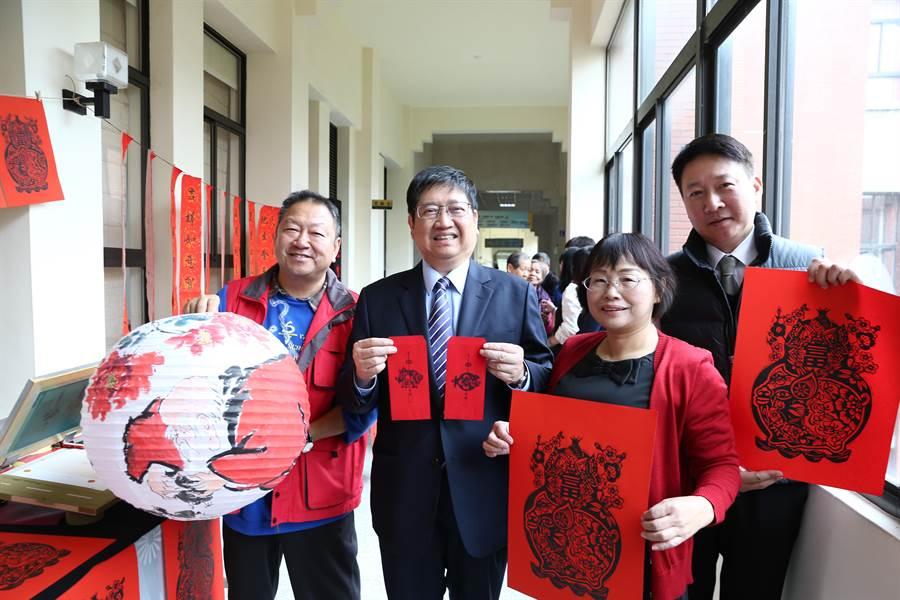 楊文科(左二)15日為福客慶豐年活動暖身,欣賞名家工藝作品。(徐養齡攝)