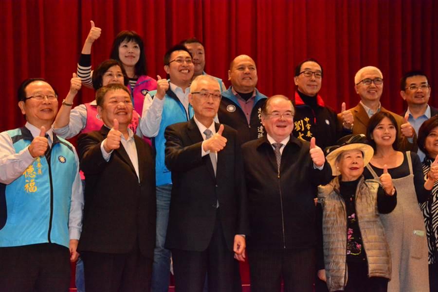 国民党主席吴敦义(前左3)15日到新北市三重区社教馆举办茶会,感谢党员辅选干部在新北市长选举与市议员选举期间的辛劳,并与党员干部合影。(中央社)