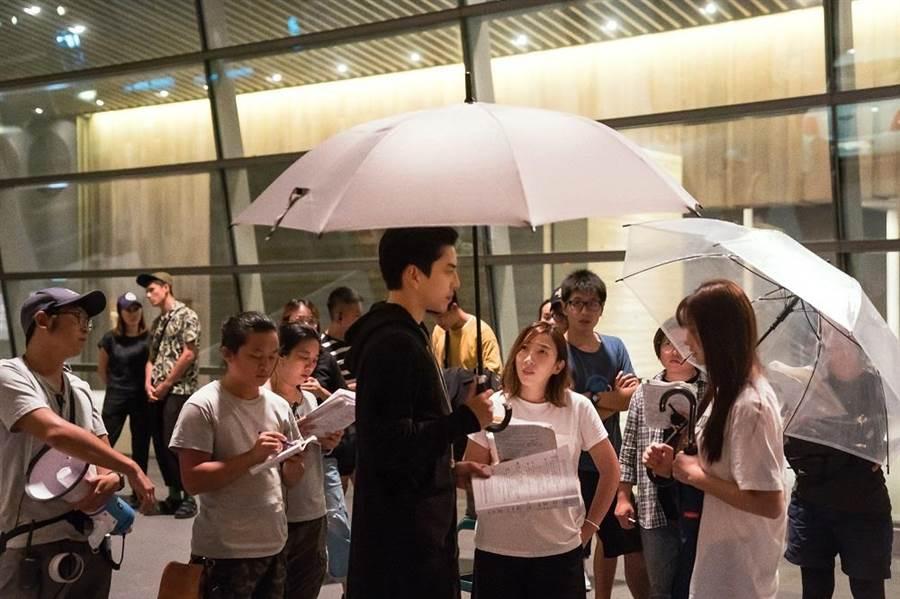 《一吻定情》陳玉珊與王大陸、林允討論劇本劇照。(圖/車庫娛樂提供)