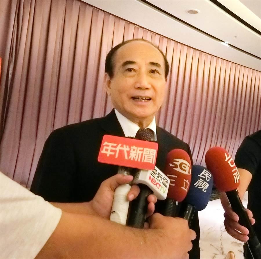 媒體追問何時宣布參選2020總統?前立法院長王金平15日笑著表示,「累積當中!」(盧金足攝)