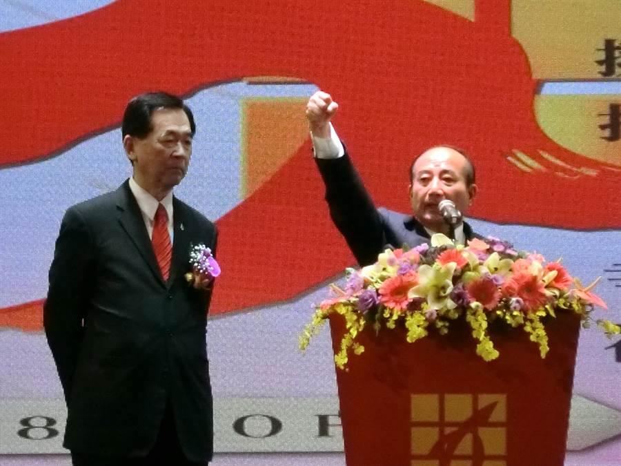 前立法院長王金平(右)說,高雄市長韓國瑜帶領大家拚經濟,發大財,他也盼韓國瑜未來要一定要在產業經濟用心,建構真正的繁榮,挑戰做競爭的國際城市。(盧金足攝)
