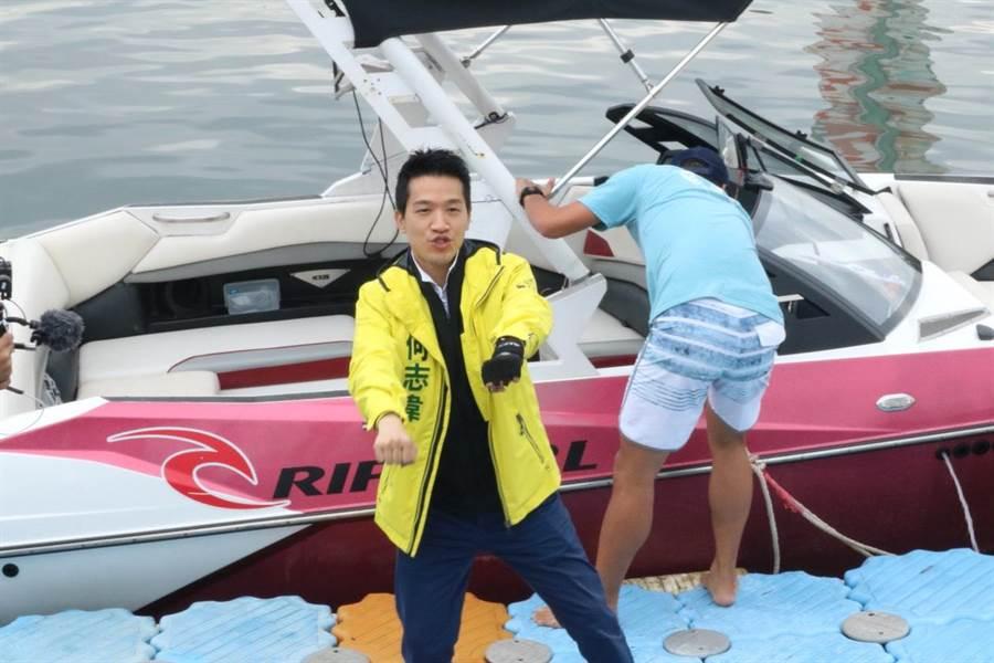 何志偉今前往社子島迎星碼頭,現場登上快艇直播「滑水」。(李依璇攝)