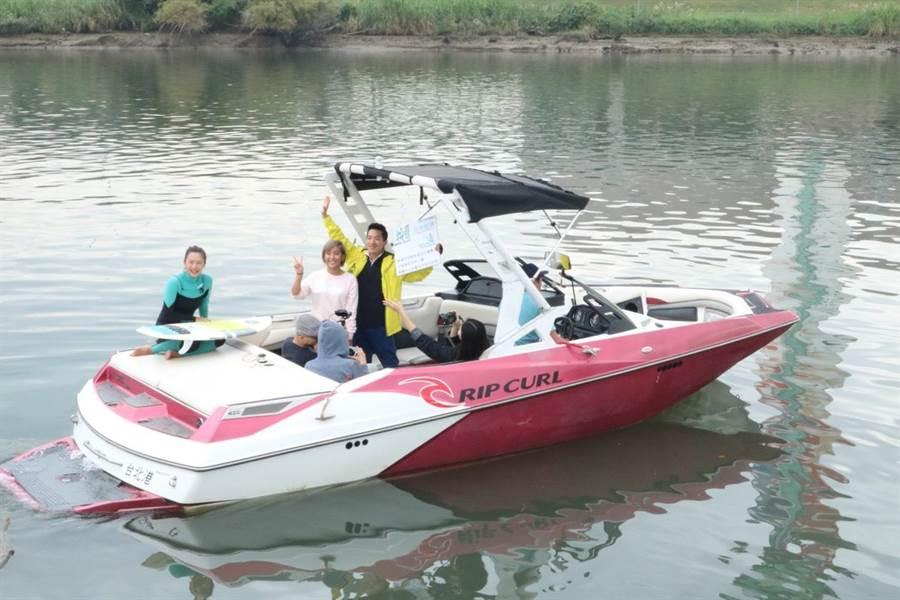何志偉今前往社子島迎星碼頭,現場登上快艇直播「滑水」。(李依璇社)