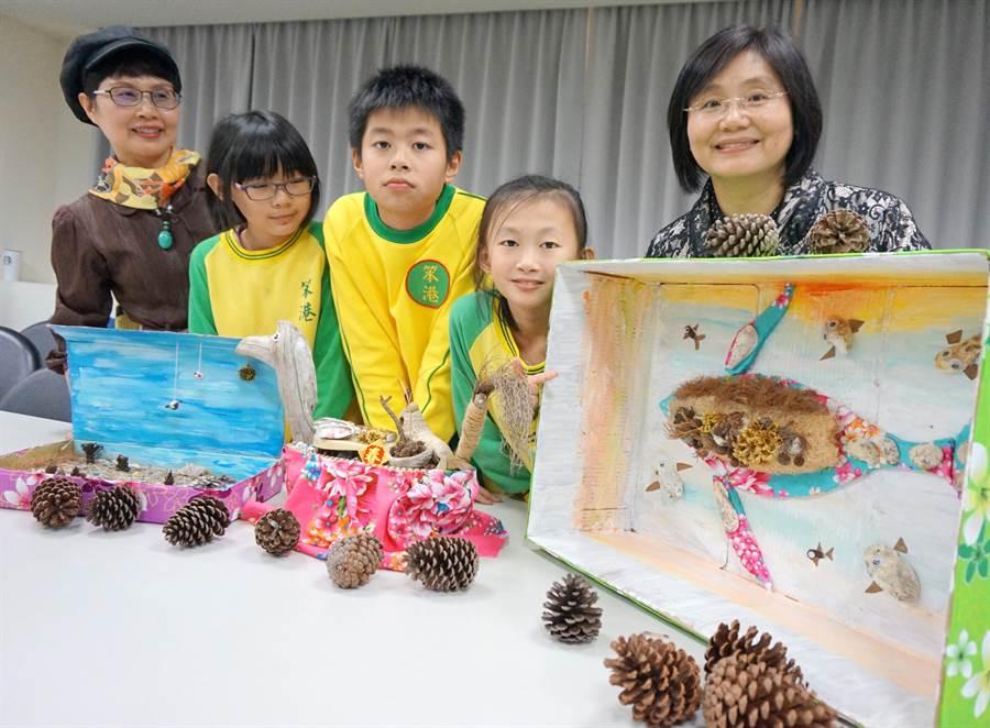 新屋區笨港國小同學利用海邊隨手可得的物品,展現「笨港尋根海客情」。(甘嘉雯攝)