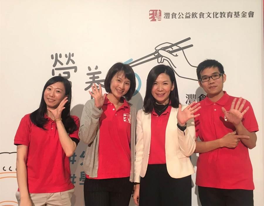 灃食公益飲食文教基金會副執行長林芳燕(右2)提倡「餐桌就是書桌」理念,期盼將飲食教育向下扎根。(吳堂靖攝)
