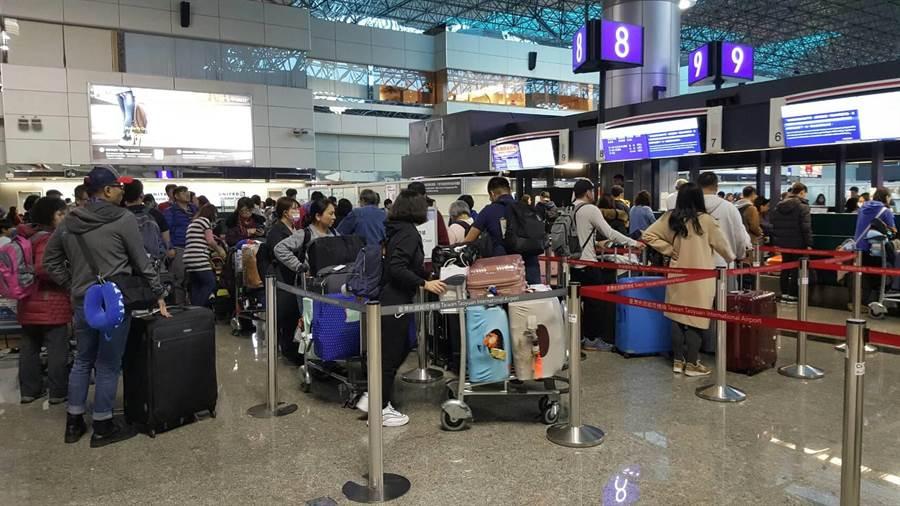 移民署針對桃園機場過年連假人潮,啟動「333春節疏運方案」。〔謝明俊翻攝〕