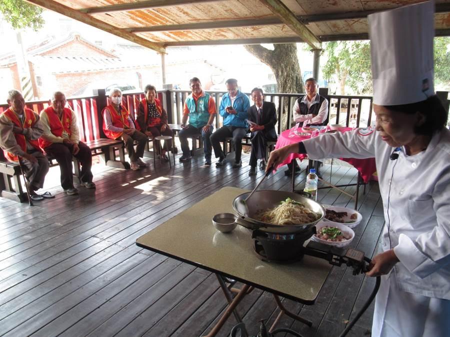 高齡70歲的邱阿嬤(右一)擅長客家料理,得知華山基金會要辦活動,自告奮勇下廚炒大麵、煎香腸,讓眾人品嘗她的好手藝。(莊曜聰攝)