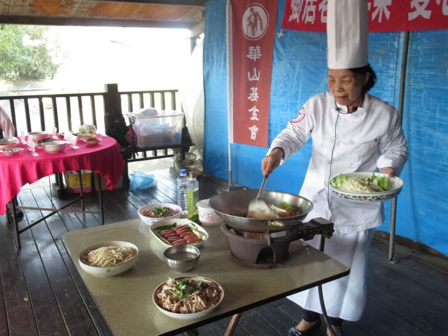 邱阿嬤擅長客家料理,雖然一眼失明,廚藝仍精湛。(莊曜聰攝)