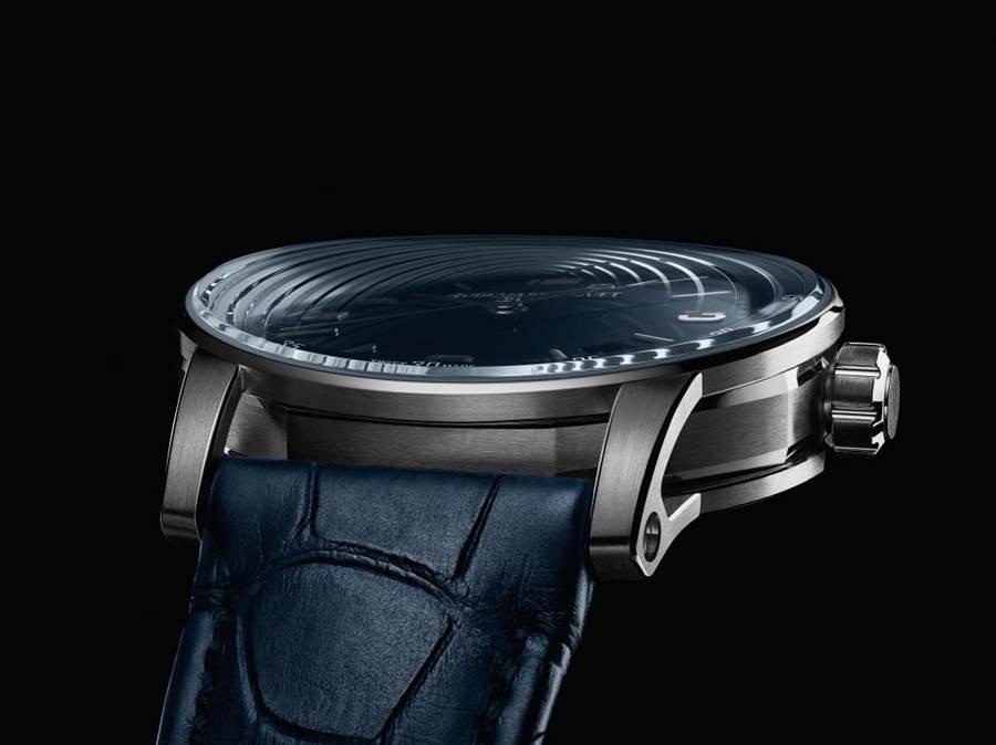 愛彼表全新系列CODE11.59腕表登場,弧型雙層打磨藍石玻璃鏡面、外圓內八角的表圈是特色。(AudemarsPiguet提供)