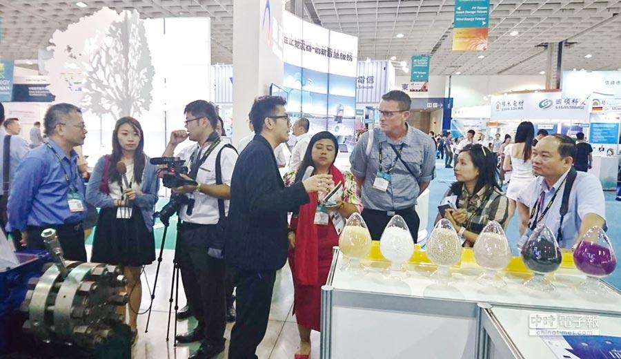 元寧參加台灣國際光電展,現場展示、說明膜片式壓縮機作動原理,是台灣唯一製造特殊氣體壓縮設備的廠家,國內、外記者相繼採訪。圖/元寧提供