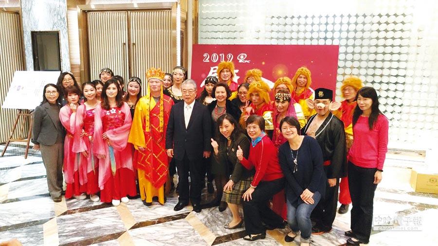 中國生產力中心董事長許勝雄在「2019尾牙忘年會」上與化身各式各樣表演同仁共同合影。圖/蔡淑芬