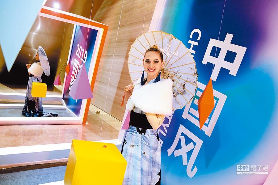 大陸大力倡導和平合作。圖為1月12日,第三屆「一帶一路」國際時尚周在西安啟幕,弘揚「絲路精神」。(中新社)