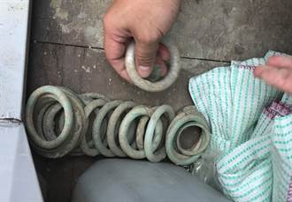 盜墓筆記!鹿港第一公墓怪手劫掠清朝古墓群玉鐲子成串被丟棄