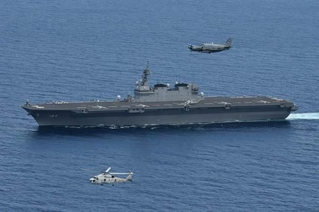 日本出雲級第二艦加賀號輕型航母將進行改裝以起降F-35B隱形戰機。圖為加賀艦在南海巡航。(圖/日本海上自衛隊)