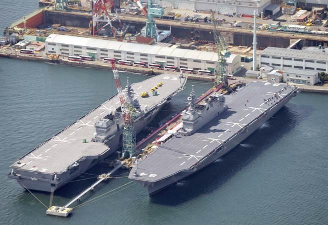 日本在完成兩艘出雲級輕型航母後,即將開展可能以翔鶴級為名的現代化大型航母建造計劃。圖為出雲艦與加賀艦。(圖/美聯社)