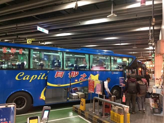 大眾運輸業者在春節期間疏運旅客情形。(陳俊雄翻攝)