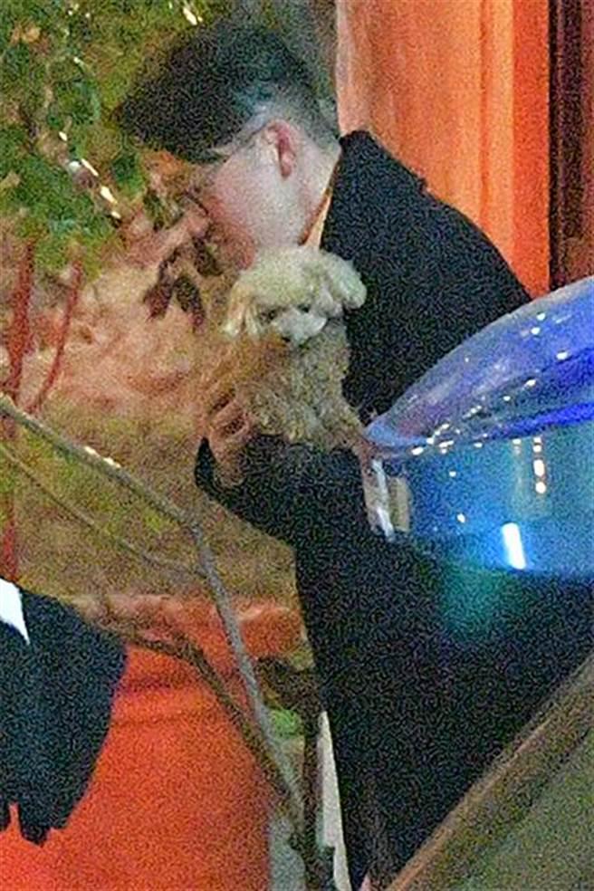 男方還抱著深田恭子的愛犬。(取自日網)