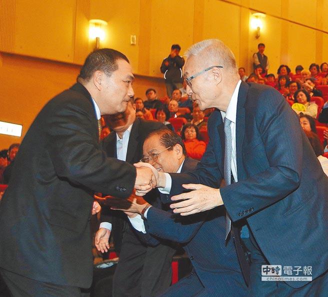 新北市五合一選舉感恩茶會15日舉行,國民黨主席吳敦義(右)、新北市長侯友宜(左)同場相互握手致意。(陳怡誠攝)