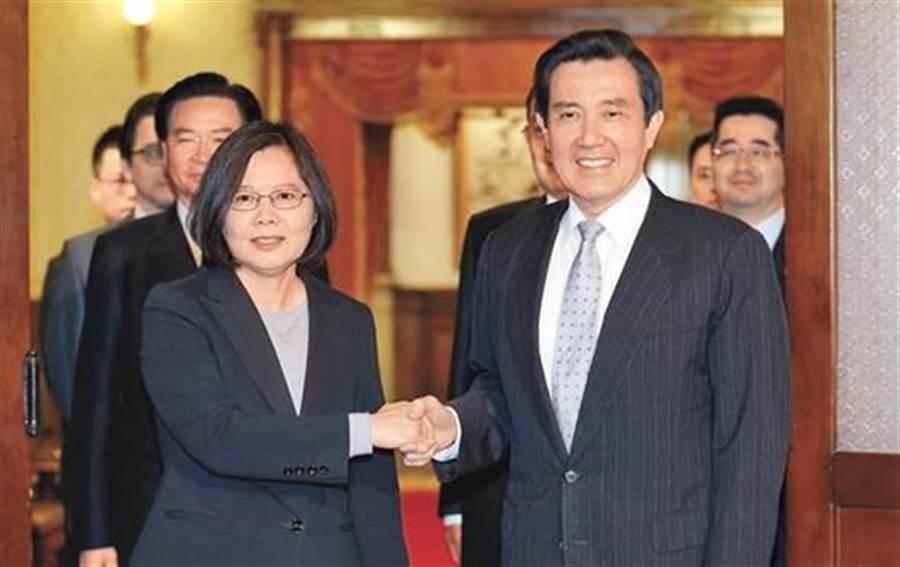 圖為2016年「雙英會」結束後,當時的馬英九總統(右)與總統當選人蔡英文(左)握手致意。(資料照片,姚志平攝)