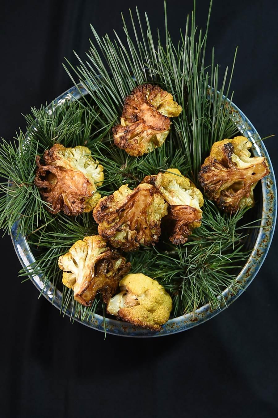 〈黃花椰菜-綠莎莎醬-蓓夏美-起士〉是JamesSharman到聖母峰旅遊時得到創作靈感,以當地盛產的黃花椰菜結合松葉表現。(圖/姚舜)
