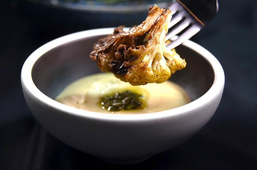 享用〈黃花椰菜-綠莎莎醬-蓓夏美-起士〉時,可以採類以吃瑞士「起司芳登鍋」吃法,用黃花椰菜沾著奶油白醬與綠莎莎醬(SalsaVerde)入口。(圖/姚舜)