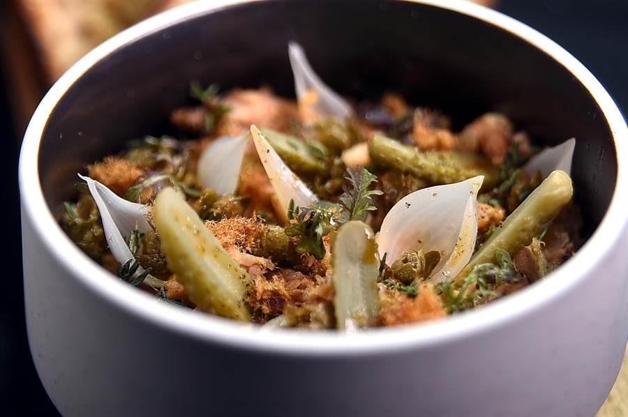 金普頓大安酒店〈TheTavernist〉主廚JamesSharman設計的隱藏版菜式,採用法菜中Rillattes(肉醬)作法烹料理,並用了白酒與蘋果醋提味。(圖/姚舜)