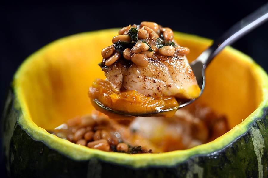 〈石斑魚-南瓜-松子-鼠尾草-奶油〉是用挖空的南瓜為容器,盛裝用松子醬提味的台灣石斑魚。(圖/姚舜)