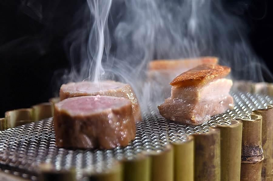〈豬五花-豬里肌-鳳梨-檸檬草〉的料理方式源於肯亞人以甘蔗做為燃料,煙燻食物的烹調方法。(圖/姚舜)