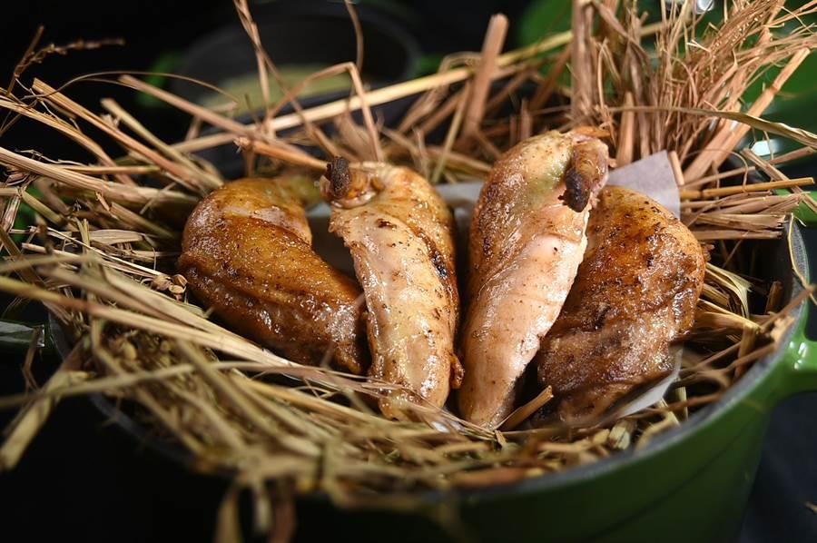 〈春雞-稻草油-麵包白醬〉源於哥本哈根的老奶奶家常菜,春雞刷上以稻草浸漬的奶油,沾上百里香白醬提味。(圖/姚舜)