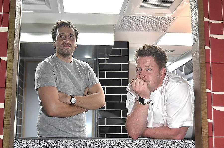 金普頓大安酒店〈TheTavernist〉餐廳的菜式由來自英國的JamesSharman(左)設計,並由駐店行政主廚ChrisBranscombe-Ling執行料理。(圖/姚舜)