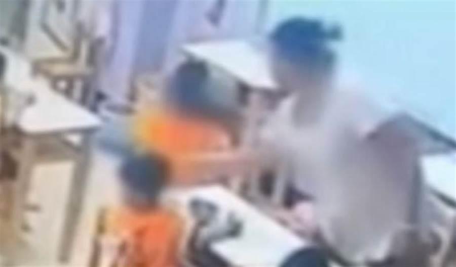新竹幼兒園又爆虐童案,只因男童不吃飯竟遭老師呼巴掌。(圖/取自中天新聞CH52)